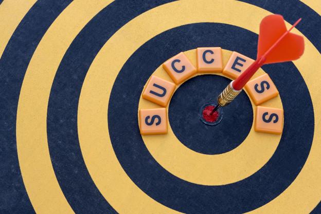 dart-hitting-the-bullseye-target-with-word-success-on-dartboard_1357-74.jpg