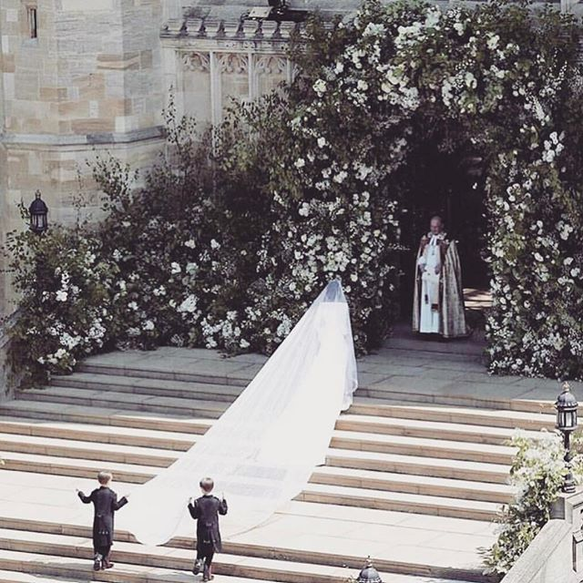 Up at 4am and watching the #royalwedding (who's with me?!) Dying over this floral instillation by @philippacraddock 🙏✨🙌🏼.