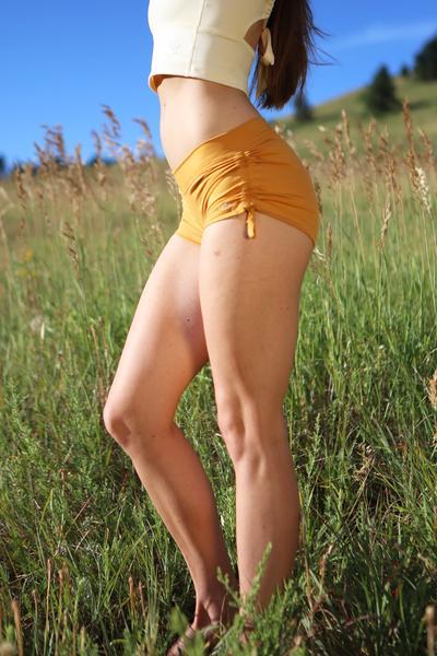 Lucia-Mika-Yoga-Wear-02_4835c86e-7ee1-4f9c-a705-f61b1d4672d1_grande.jpg