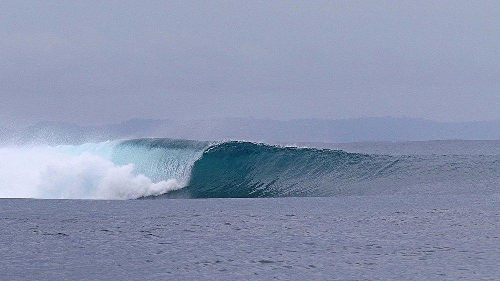An empty wave rolls through.