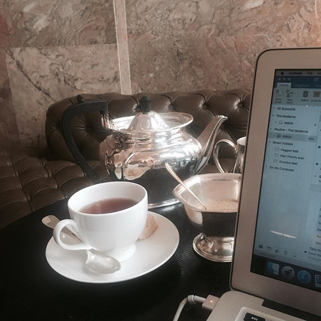 Starting the week off right with a proper cup of tea while working in our office for the day @editionlondon #freelancelifestyle #freelance #workstyle #digitalnomad #femaleentrepreneur #mondaymotivation #womeninbusiness #london #coworking #messysexychic