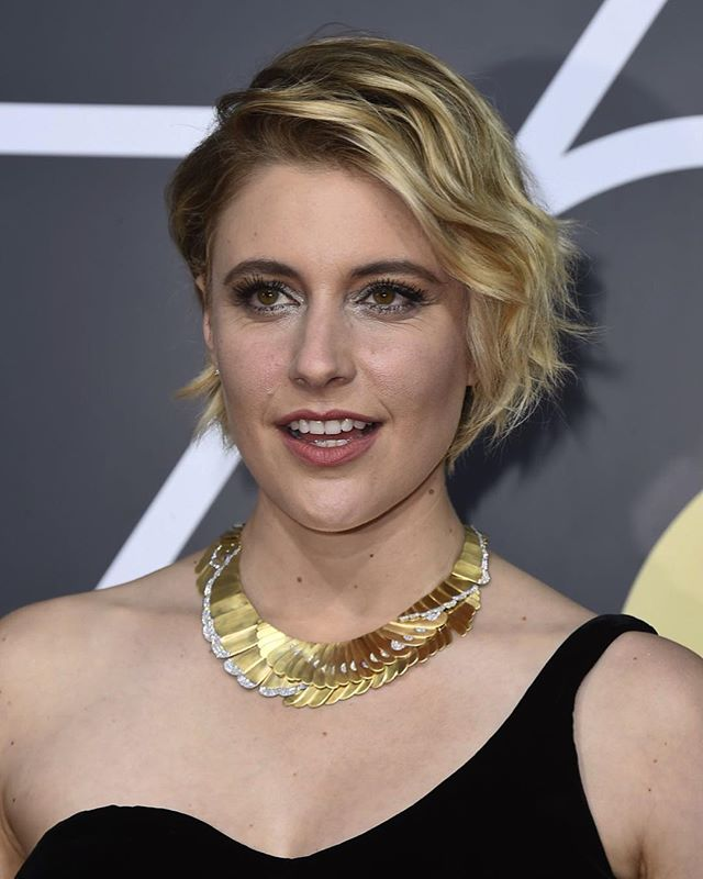 An archival revival on the red carpet: A yellow gold and diamond @tiffanyandco necklace by designer Angela Cummings necklace circa 1980, on #gretagerwig at the @goldenglobes #2018goldenglobes #tiffanyandco #angelacummings #JDAloves