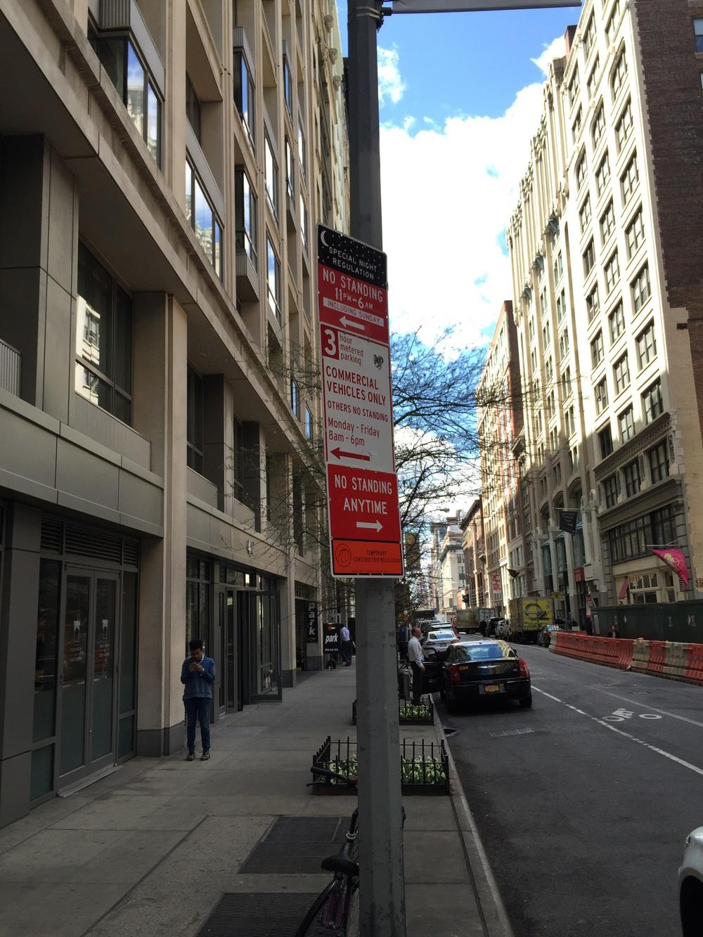 Пример знака, регулирующего правила парковки