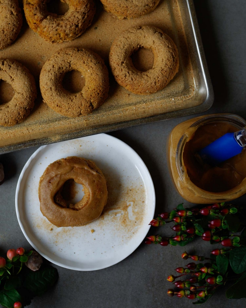 frosted-pumpkin-chai-baked-donut