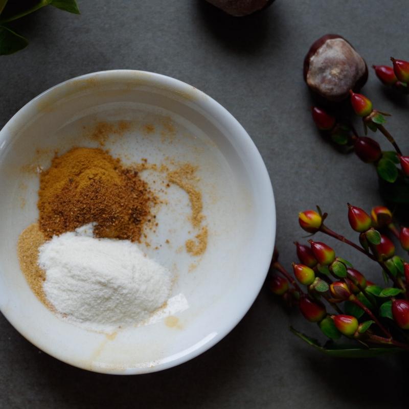 Step 1: Mix pure vanilla powder and cinnamon.