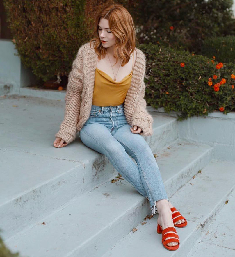 Courtney of Pretty Little Fawn is wearing  Re/Done  jeans  and Marais sandals