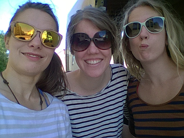Raitapaitatiimi! Sade, Isla ja Viivi. Veimme Islan bussiasemalle ja kävimme torikahveilla. Hyvin nuorta toimintaa!