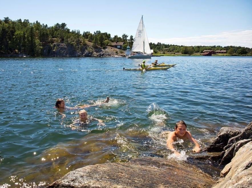 Badgäster och kanotister i Sävsundet.jpg