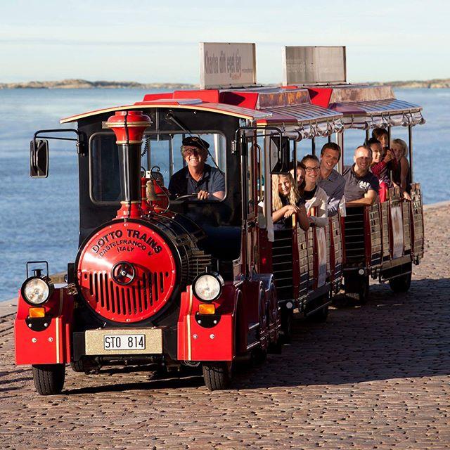 Ta SJ-tåget på Sverigedagarna 25 - 27 maj.  En gång i halvtimman avgår tåget som tar dig runt på Sverigedagarna. Hoppa på tåget i Galärparken och åk med runt utställningsområdet ända till Politikertorget.  Eller varför inte hoppa av vid SJs tält för att själv köra tåg. På plats har vi både lokförare och en tågsimulator. Dessutom ger vi dig, Sverigedagarna till ära, 10% rabatt på din nästa resa med SJ. Välkommen till SJs tält i Galärparken E:23  @resmedsj @stinsensightseeing #sj #sverigedagarna #tåg (Foton: Lena Öritsland / Stinsen Sightseeing)