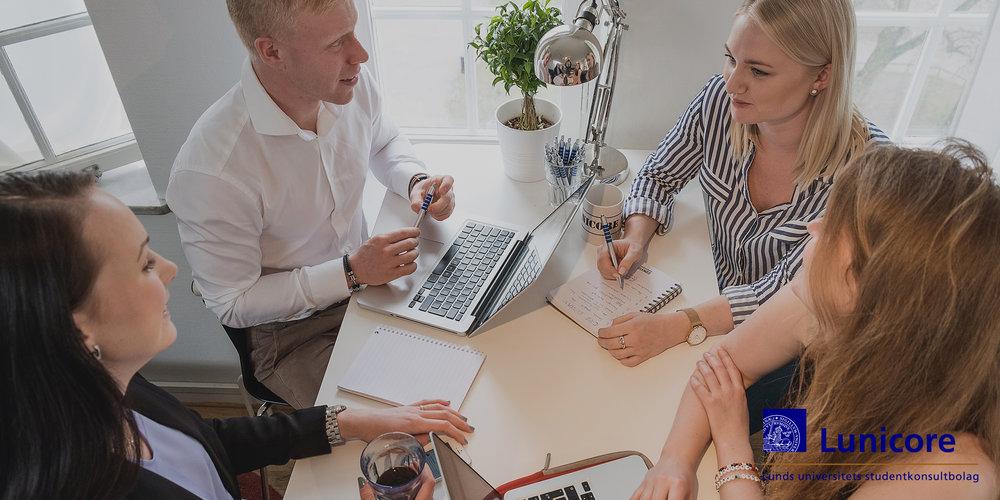 Lunicore är ett av Nordens främsta och största studentdrivna konsultbolag - Med Lunds universitet i ryggen arbetar vi med att stärka företag, organisationer och offentlig sektor med den senaste kunskapen från universitetet. Genom att inför varje projekt samla drivna studenter i dynamiska team med tvärvetenskapliga kompetenser är vi den främsta länken mellan universitetsvärlden och näringslivet.