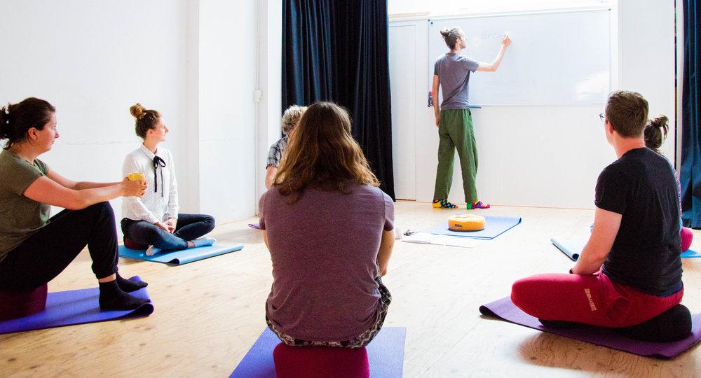 Uitleg tijdens een mindfulness training.