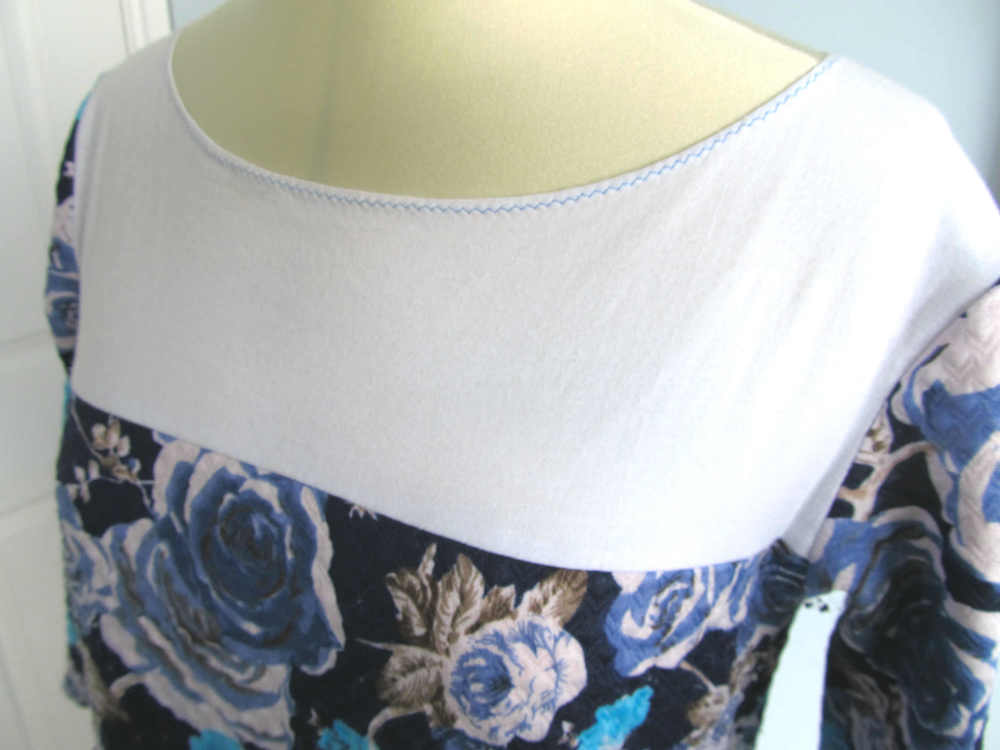 The contrast front panel on the Coco is a really easy pattern hack. I love the blue stitching around the white neckline.