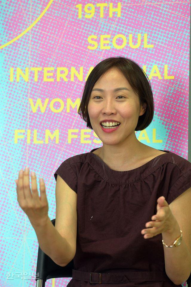 """미국 캘리포니아주립대(UCLA) 영화과 교수로 재직 중인 김진아 감독은 """"시간적 여유가 부족해 영화 연출을 못하고 있지만, 후학을 가르치는 것도 세상에 기여하는 좋은 일이라 생각한다""""고 말했다. 신상순 선임기자"""