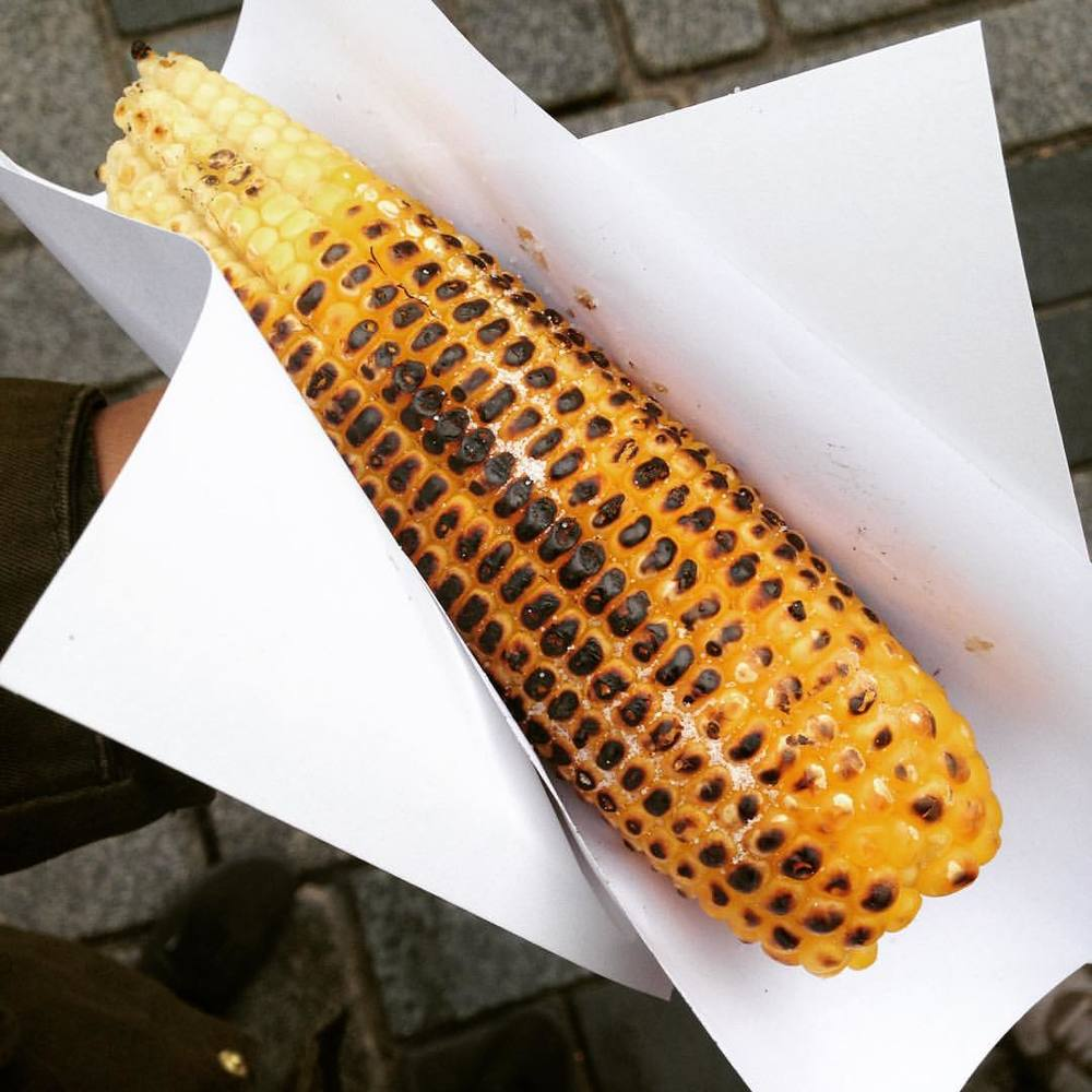 What do you do when it's cold and wet in Istanbul? Eat corn, Hot street corn 👌🏽🌽
