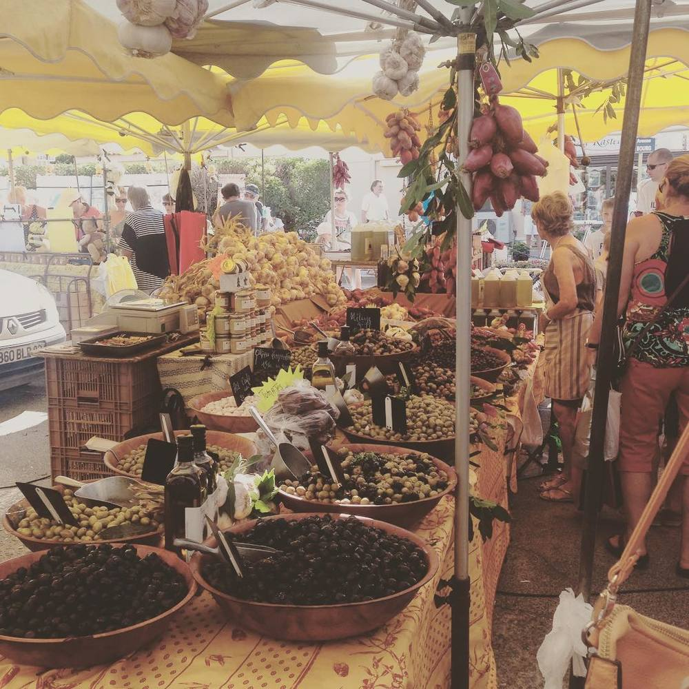 The weekly #French #Provincial #Markets in #Agay 👌🏽🇫🇷🍒🍷🍞🍇🍗🍓🍈🍑💙 bloody adorable. 😆 #yazontour