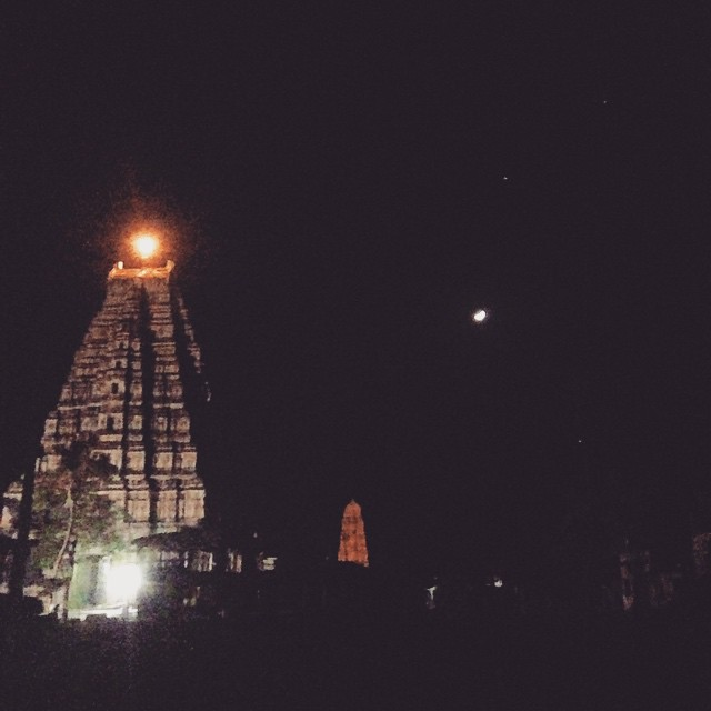 Temple + Moon = Hampi 🙏🏾🌛 #Incredibleindia