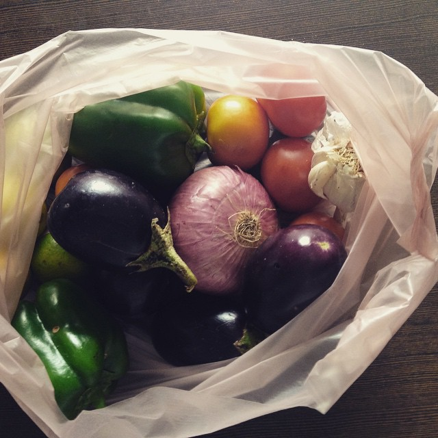 Haul from the local vege stall 🍅🍆🍋🍠🍌🍅 I nearly cried with joy when I saw it in the distance. Missing my veges, gonna try and cook an Indian Italian pasta… 🍝 this lot cost me 48 cents 😱 #Incredibleindia #Hyderabad