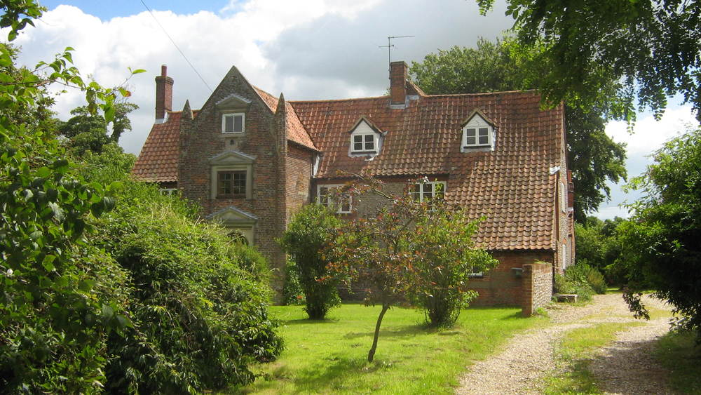 highly Attractive 4 bedroom hall set in extensive gardens with outbuildings, 3 miles from holt