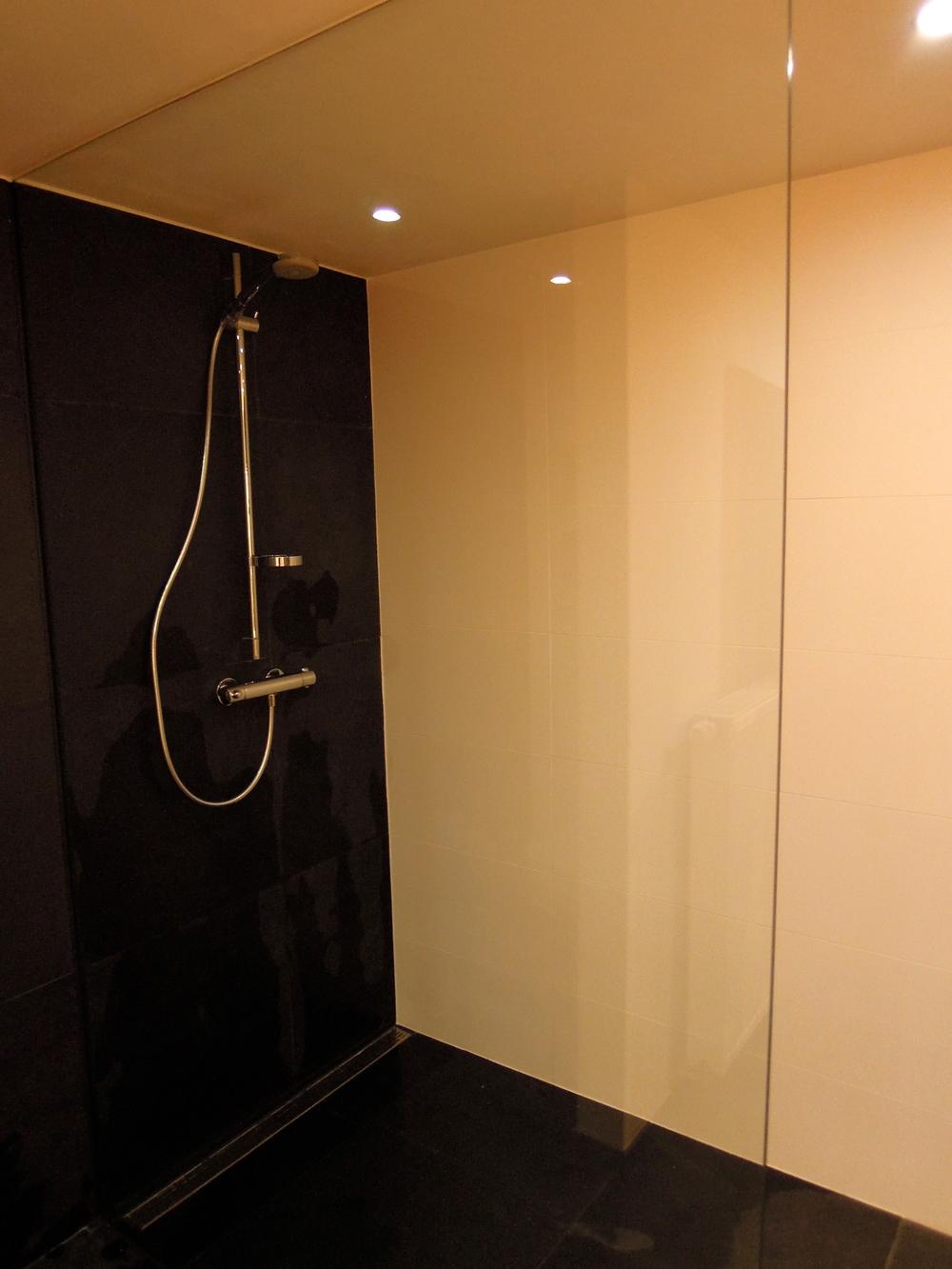 Floor it - Zwarte badkamer witte ...
