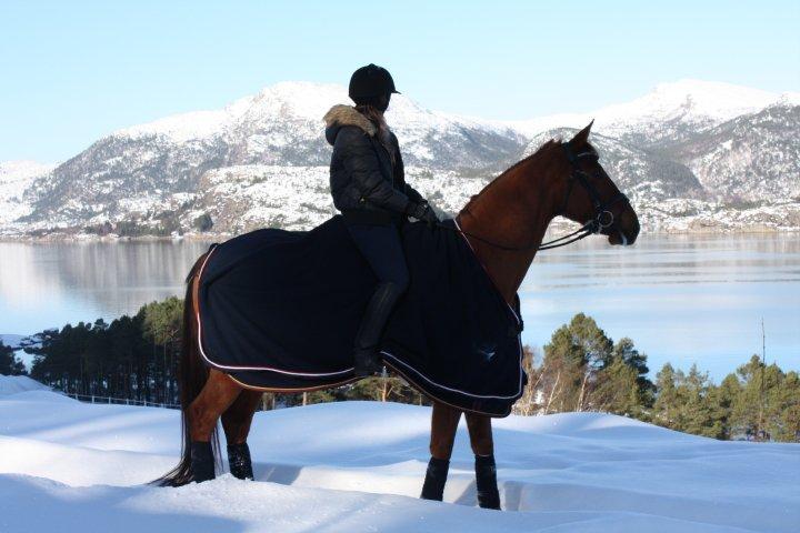Foto: Silje Tornvik med hesten sin Weltmeer. Utsikt fra senteret.