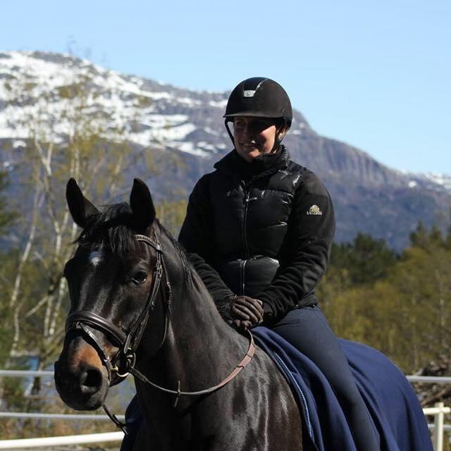 Linn Kristin med hesten sin Fabriano