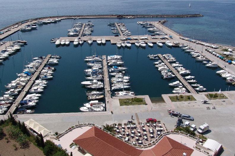 Marina di Capitana, le barche e il ristorante.