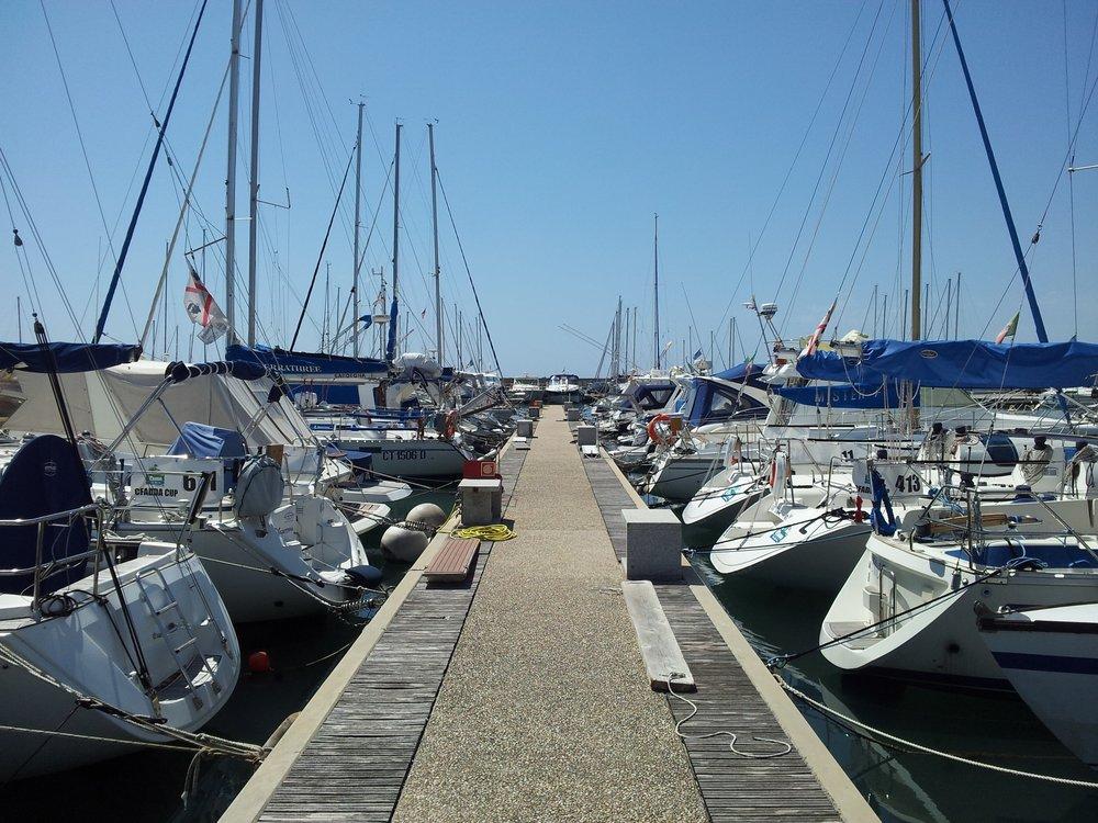 Gli ormeggi delle barche nel pontile.