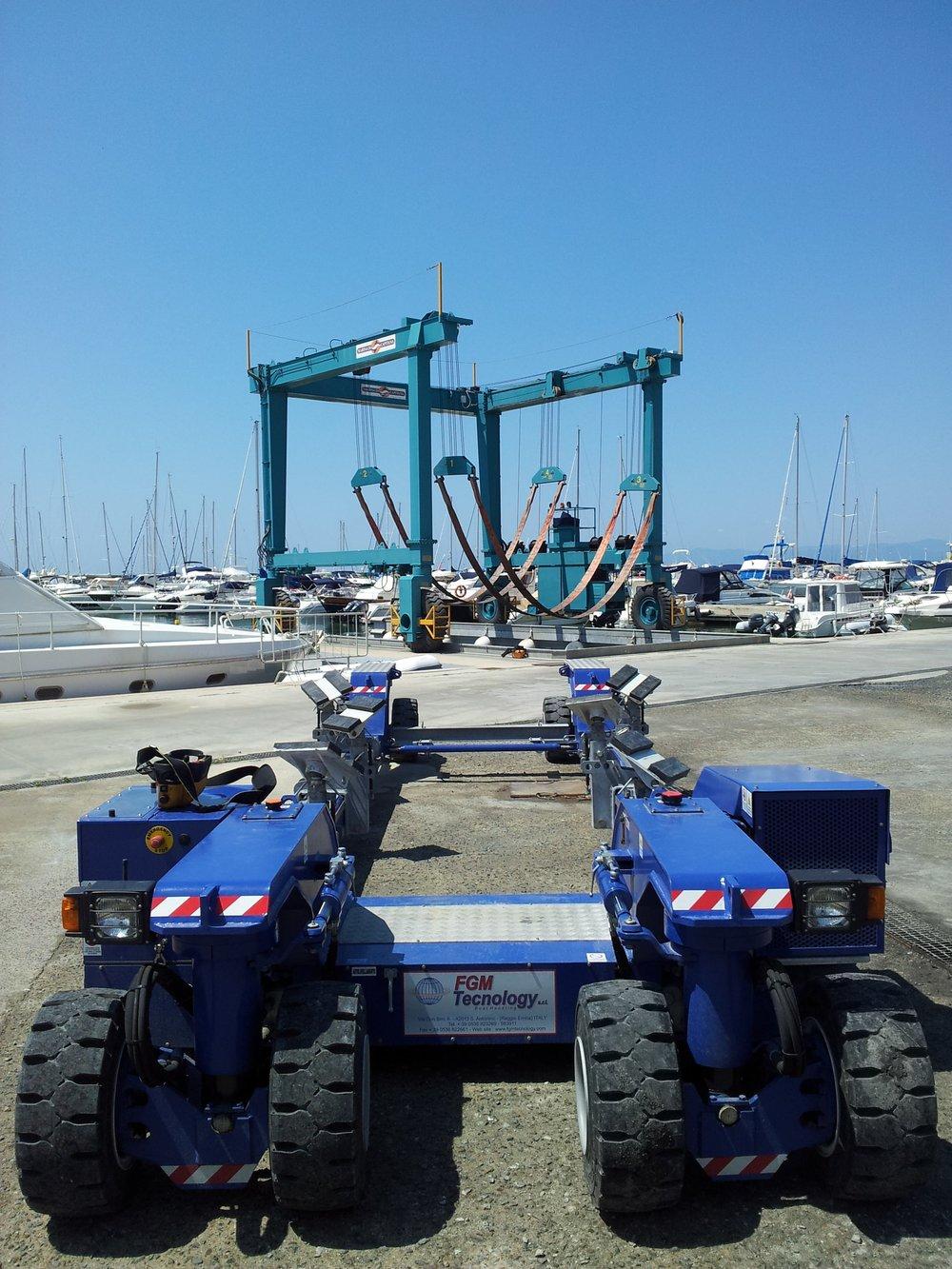 Travel lift e carrello per movimentazione | Cantiere Nautico Marina di Captiana