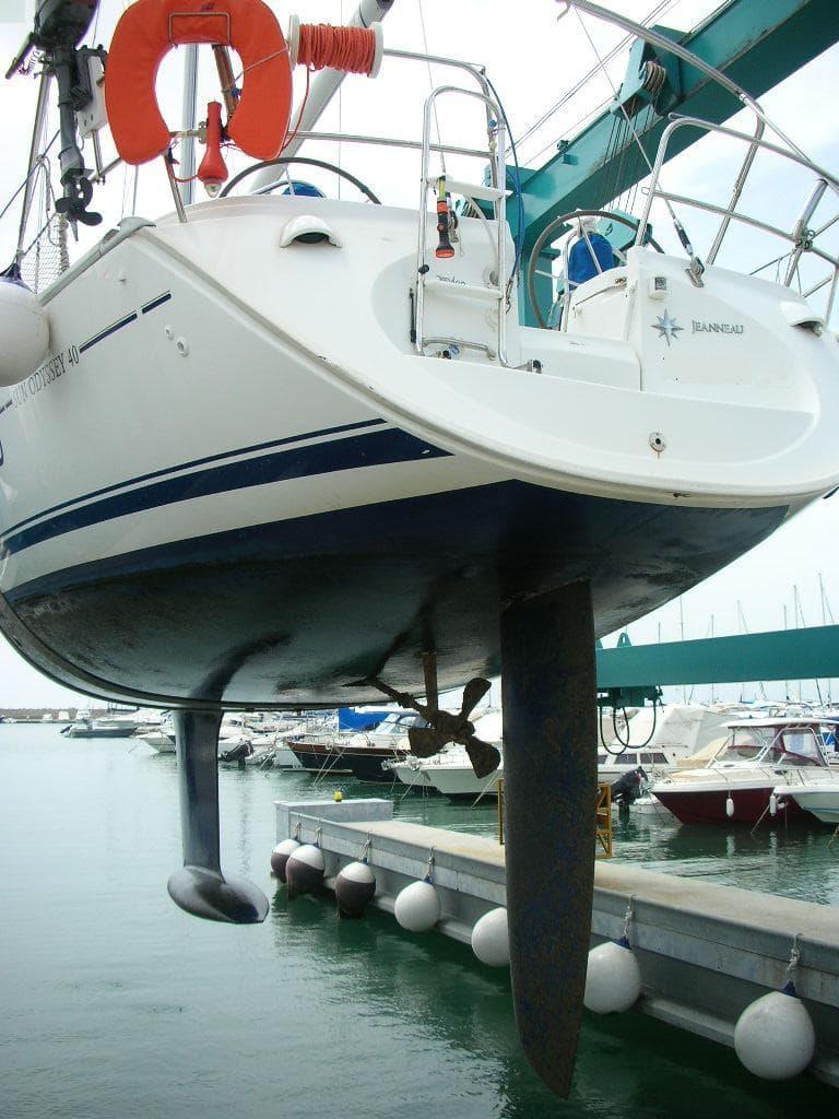 Alaggio barca a vela con travel lift | Cantiere Nautico Marina di Capitana