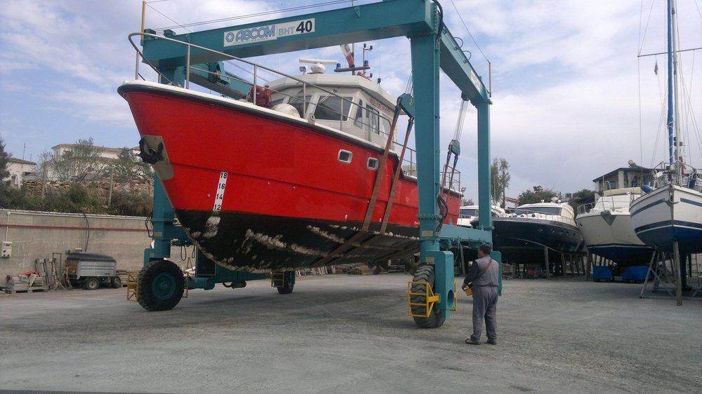 Sollevamento imbarcazione da lavoro | Cantiere Nautico Marina di Capitana