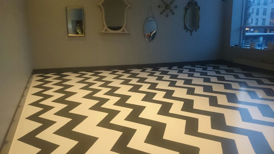 Geometric stencilled vinyl flooring