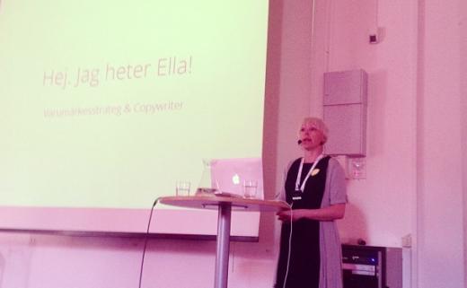 Ella presenterar kommunikationsguiden på Academy of Swedish Lapland