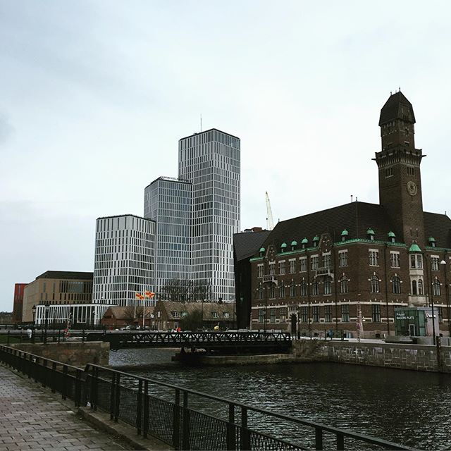 Sa någon mobilt kontor? Ibland är det gott att byta miljö och få ny inspiration. Härmed kan trevliga arbetsplatser och fin utsikt över #turningtorso till lunch rekommenderas om du jobbar från #Malmö #helikopterbranddesign