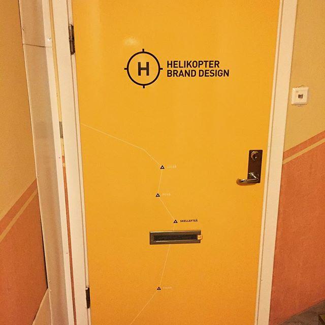Garanterat finaste dörren i trapphuset möter dig på vår landningsplats i #Skellefteå! #helikopterbranddesign #egnakanaler