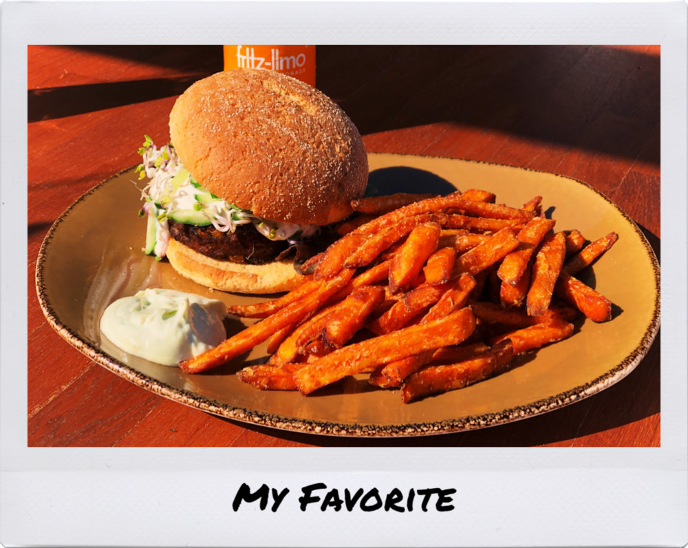 Liebe ich abgöttisch nach einem mehrstündigen Surf: Veggie Burger mit Süßkartoffelpommes und Wasabimayo. #endgegner.