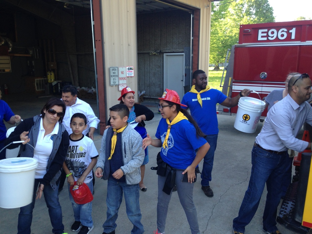 Metairie Spanish Pathfinder Club help unload Mobile Unit