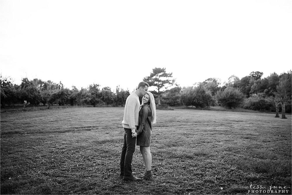 minnesota-harvest-orchard-engagement-st-cloud-wedding-photographer-fall-28.jpg
