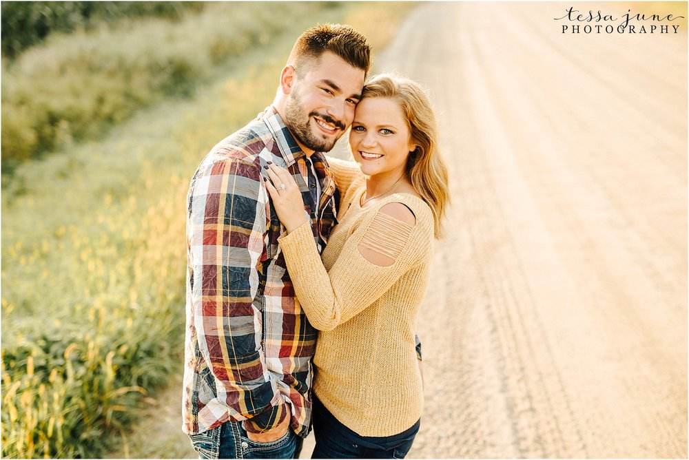 st-cloud-wedding-photographer-on-dirt-road