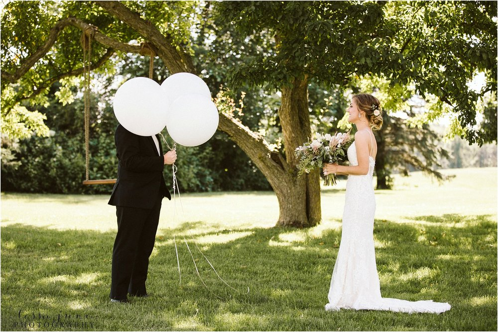 the-cottage-farmhouse-balloon-first-look-wedding