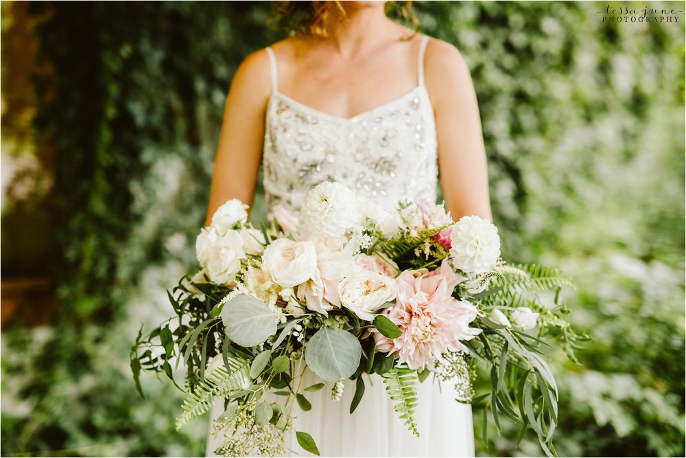 brainerd-minnesota-destination-wedding-boho-floral-raining-umbrella-st-cloud-photographer-bouquet
