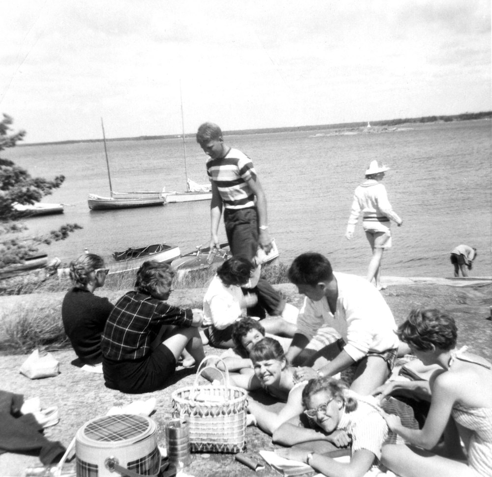 While some hotel guests were content to stay on Ojibway Island, others, often in the company of nearby cottagers, were more adventurous. The kitchen staff packed luncheon hampers for guests who wanted to bask on sheltered rocks or explore the wilder, outer side of Georgian Bay.