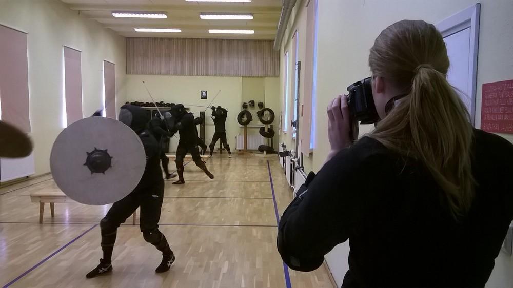 Sara dokumentoimassa leirin kulkua.Kerrallaan miekkailemaan mahtui kolme paria, ja leirin aikana nähtiin tyylejä varhaiskeskiajalta renessanssiin.