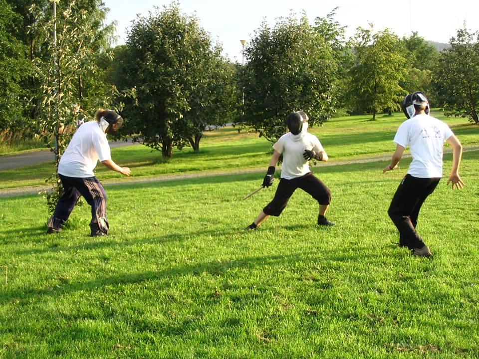 Alkuaikoina kesäisin treenattiin ulkona. Kuva kesältä 2006-07.