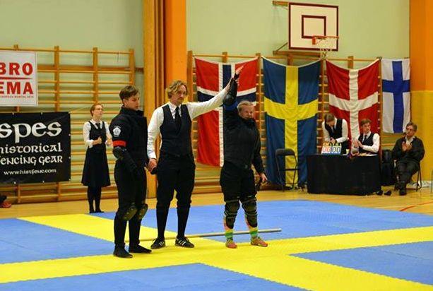 Erotuomari Scott Hellroth julistaa naisten pitkämiekan voittajan(KuvaHelena Sivčević).