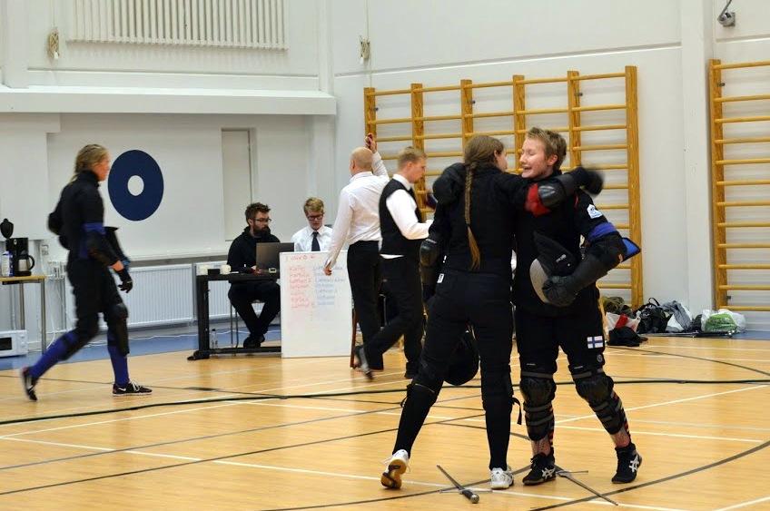 Miekkailijat tervehtivät ennen naisten sarjan lohko-ottelua. Kuva Eeva Lahtinen