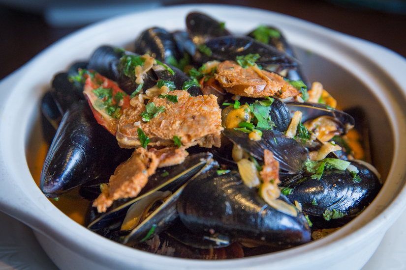 fuego-pacifico-beer-steamed-mussels