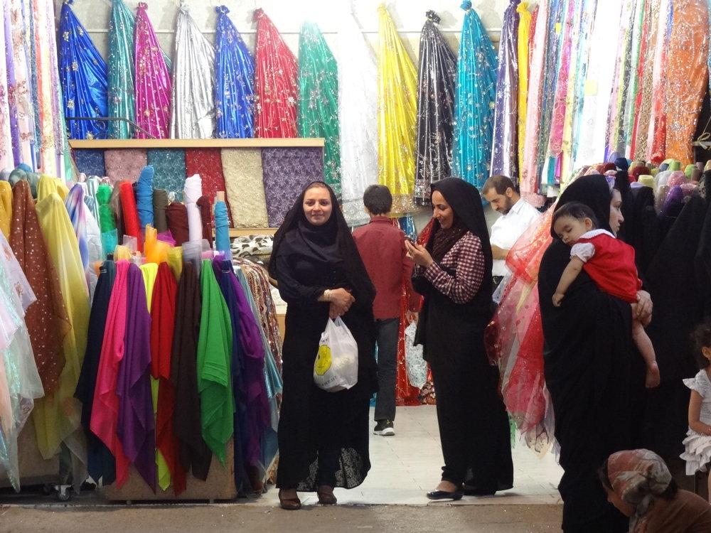 Women_in_Chadors_Shopping_in_Bazaar_-_Shiraz_-_Central_Iran_(7427874160)_(2).jpg