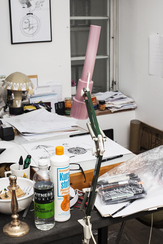 Kunstværk på en baggrund af kunstværker. Lampe af Anne Tophøj.Foto: Benita Marcussen.