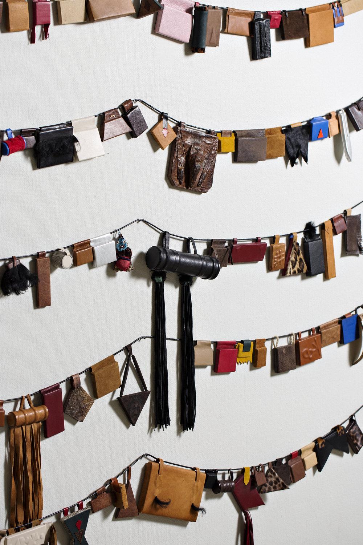Ahmed Umar, Hijab (annual protection) , 2017. Detalj. Installasjon – 365 objekter i lær og diverse materialer. Foto: Lykt