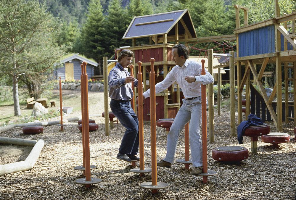 Øyvind Vestre og designer Hans Bratos svinger seg på lekestativet i Hardanger familiepark, som Vestre eide og prøvde å redde fra konkurs i 1986. Foto: Vestre Street Furniture